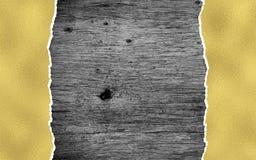 Zwarte houten achtergrond met gouden gescheurd document stock afbeeldingen