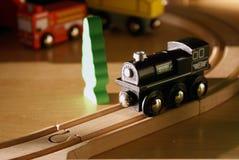 Zwarte houten het stuk speelgoed van het kind trein op houten sporen Royalty-vrije Stock Afbeelding