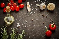 Zwarte houten lijst met gemorste zout en groenten stock fotografie