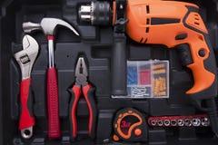 Zwarte hulpmiddeldoos met verschilinstrumenten stock afbeeldingen