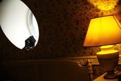 Zwarte huwelijksschoenen op het ronde venster royalty-vrije stock foto's