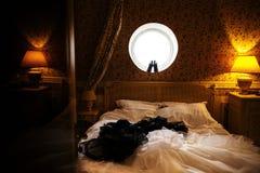 Zwarte huwelijksschoenen op het ronde venster stock afbeelding