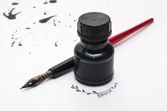 Zwarte inkt spash en pen op wit canvas Royalty-vrije Stock Foto's