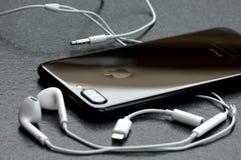 Zwarte iPhone 7 plus op steenlijst royalty-vrije stock foto's