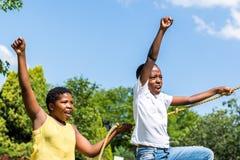 Zwarte jonge geitjes die samen in speelplaats schreeuwen Royalty-vrije Stock Afbeeldingen