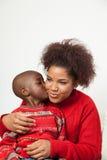 Zwarte jongen die zijn moeder kussen Stock Fotografie