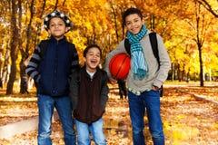 Zwarte jongens met basketbalbal Royalty-vrije Stock Afbeeldingen