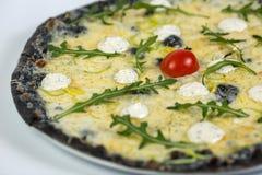 Zwarte kaaspizza Royalty-vrije Stock Afbeeldingen