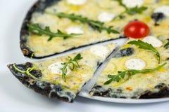 Zwarte kaaspizza Stock Afbeeldingen