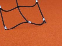 Zwarte kabel van beklimmen netto op een oranje rubber playfield stock foto's