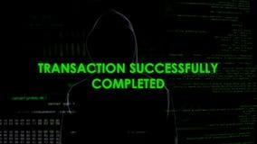 Zwarte kapmens die online transactie maken, witwassen van geld, financiële fraude stock fotografie