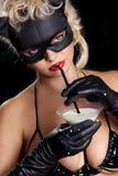 Zwarte kat het drinken melk Royalty-vrije Stock Afbeeldingen