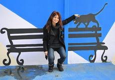 Zwarte kat van de pret de vrouw geschilderde bank stock fotografie