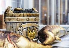 Zwarte kaviaar in een vat met een lepel stock foto