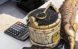 Zwarte kaviaar in een vat met een lepel stock foto's
