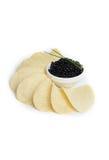 Zwarte kaviaar en chips Stock Foto's