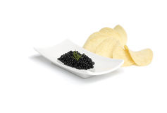 Zwarte kaviaar en chips Stock Foto