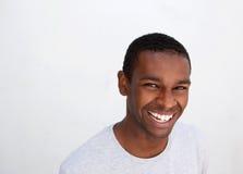 Zwarte kerel die tegen witte achtergrond lachen Royalty-vrije Stock Foto's