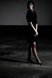 Zwarte Kleding die zich in Schaduw bevindt Royalty-vrije Stock Foto