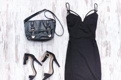 Zwarte kleding, zak en zwarte schoenen modieus concept Stock Fotografie