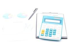 Zwarte klembord, pen, calculator en bedrijfsgrafiek Stock Afbeelding