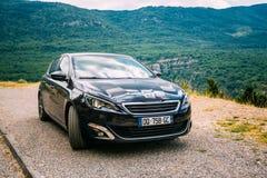 Zwarte kleur Peugeot 308 auto op achtergrond van Royalty-vrije Stock Afbeeldingen