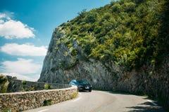 Zwarte kleur Seat Leon 5 deurauto op achtergrond van Franse mounta Stock Afbeeldingen