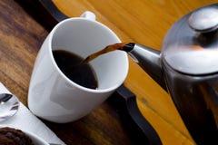 Zwarte koffie die van een koffiepot wordt gegoten Royalty-vrije Stock Fotografie