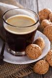Zwarte koffie in een glas met amandelkoekjes Stock Afbeeldingen