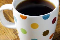 Zwarte Koffie in een Polka Dot Mug Stock Fotografie