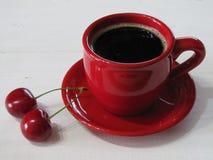 Zwarte koffie in een rode kop stock afbeelding