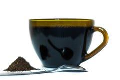 Zwarte koffie in een transparante glaskop op een witte geïsoleerde achtergrond stock foto's