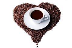 Zwarte koffie in een witte kop met hart Stock Afbeeldingen