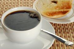 Zwarte koffie en een ongezuurd broodje royalty-vrije stock foto