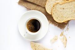 Zwarte koffie en geheel tarwebrood voor ontbijt op witte achtergrond Royalty-vrije Stock Fotografie