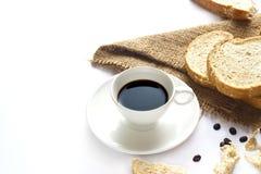 Zwarte koffie en geheel tarwebrood voor ontbijt op witte achtergrond Royalty-vrije Stock Afbeelding
