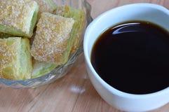 Zwarte koffie en knapperige boterpastei het kleden zich suiker in glaskom Stock Afbeeldingen