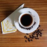 Zwarte koffie en koffiebonen royalty-vrije stock afbeelding