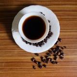 Zwarte koffie en koffiebonen stock foto's