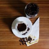 Zwarte koffie en koffiebonen stock afbeeldingen
