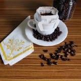 Zwarte koffie en koffiebonen stock afbeelding
