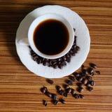Zwarte koffie en koffiebonen stock fotografie