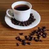 Zwarte koffie en koffiebonen royalty-vrije stock foto