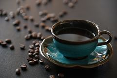 Zwarte koffie en koffieboon stock afbeeldingen