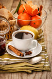 Zwarte koffie en mandarijnen royalty-vrije stock fotografie