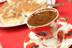 Zwarte koffie en okkernootcake Stock Foto