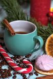 Zwarte koffie in groene mok met Kerstmisdecoratie en suikergoed Heemst en suikergoed royalty-vrije stock afbeeldingen