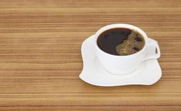 Zwarte koffie hoogste mening over houten bureau Stock Foto