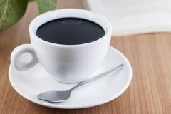 Zwarte koffie in koffiekop Stock Afbeeldingen