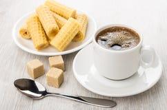 Zwarte koffie in kop, bruine klonterige suiker, wafeltjebroodjes royalty-vrije stock afbeelding